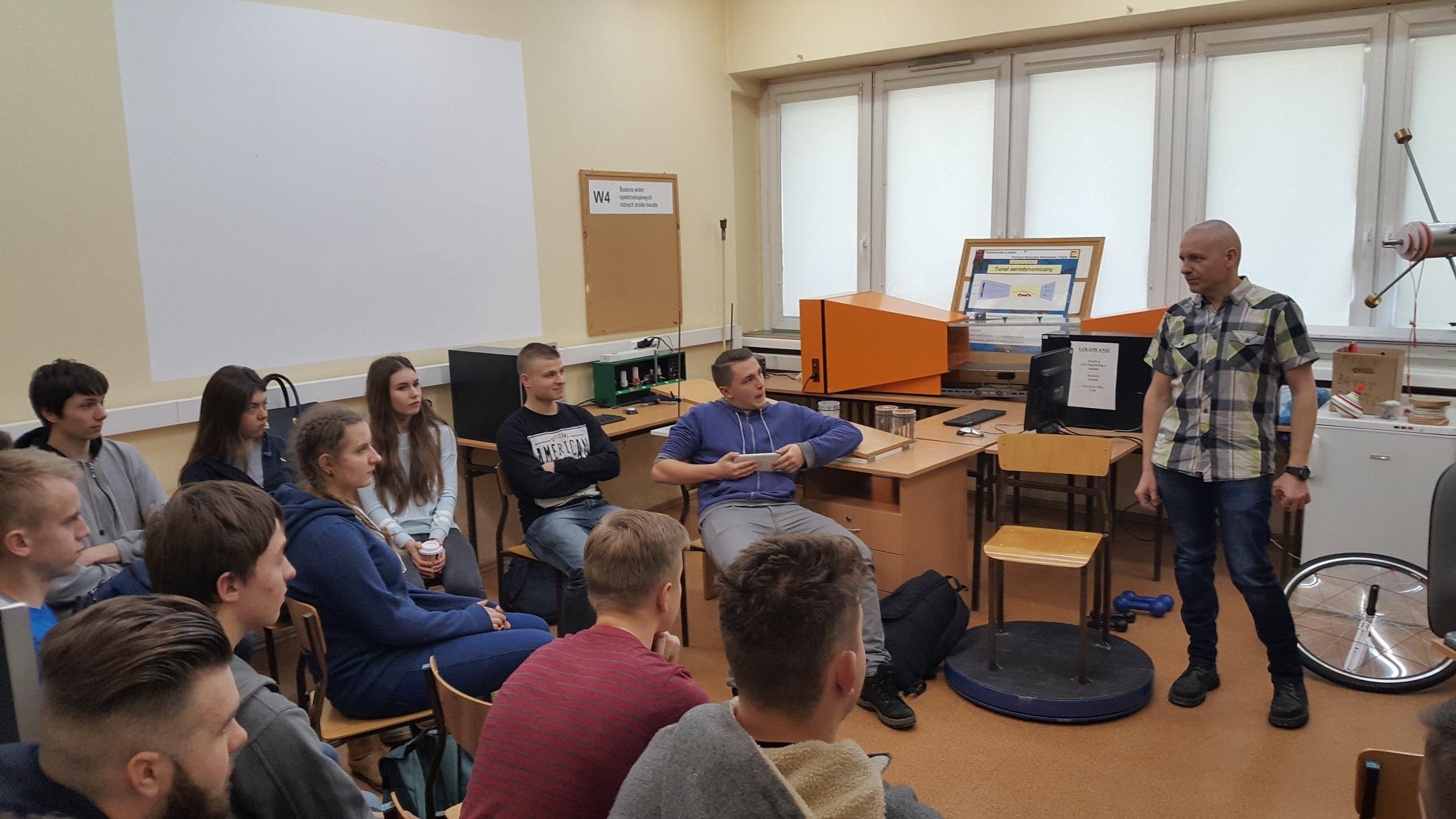 uczniowie na zajęciach z fizyi- CNMF-DZO-14.02.2017