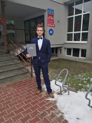 Mateusz Łukasik po obronie pracy dyplomowej na Wydziale Chemicznym w2019r..